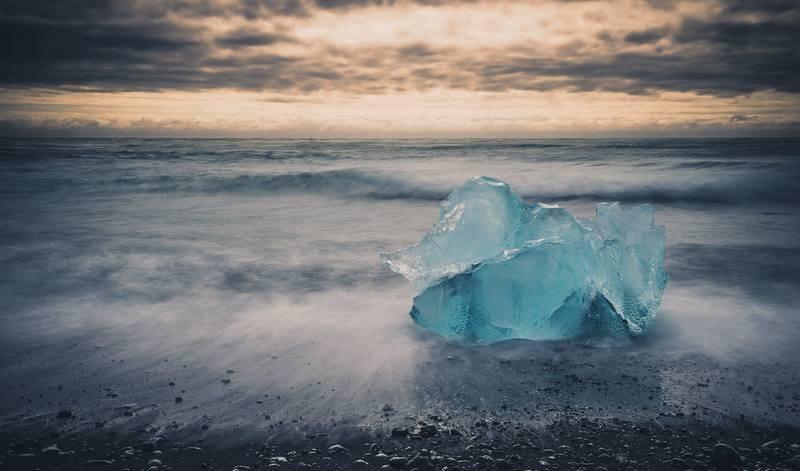 Треккинг в Исландии в августе - льдина на пляже