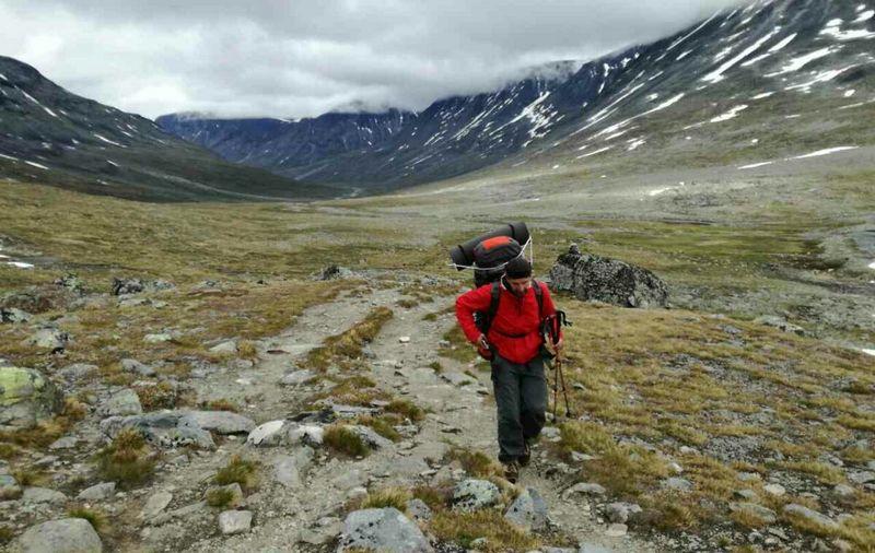 Турист на тропе в Норвегии