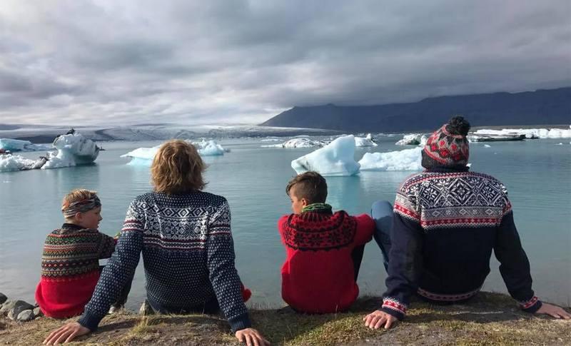 Туристы на ледниковой лагуне в Исландии