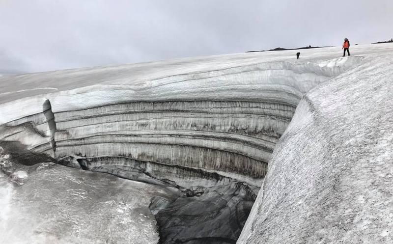 Туристы на снежнике в Исландии