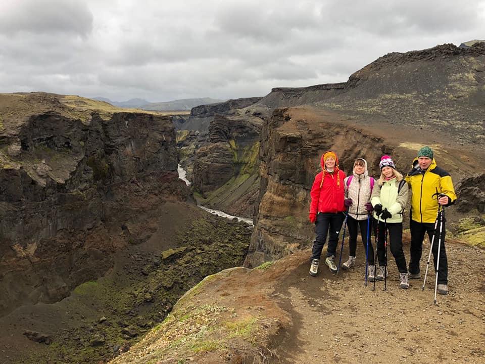 Туристы в каньоне в Исландии