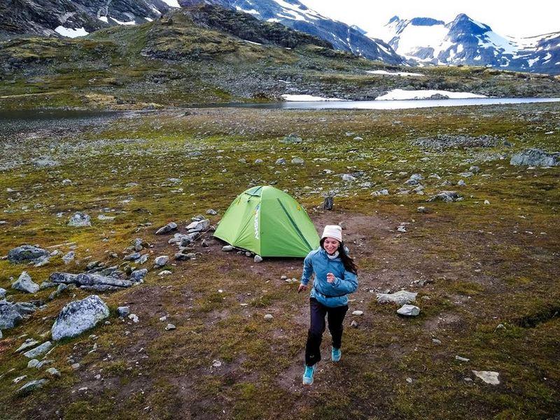 девушка и палатка в Норвегии